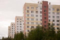 Много-storeyed дома на проходе людей северного города нового Urengoy к северу от России YaNAO Стоковые Изображения RF