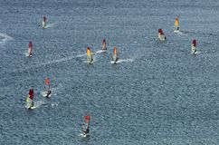 Много windsurfers на сверкная волнах Стоковое Изображение RF