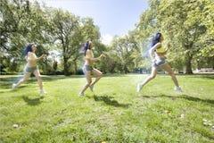 Множественное изображение молодой азиатской женщины jogging на парке Стоковое фото RF