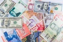 Множественные банкноты валют как красочная предпосылка Стоковые Изображения