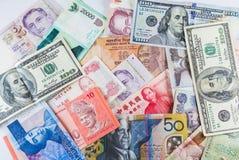 Множественные банкноты валют как красочная предпосылка Стоковое Фото