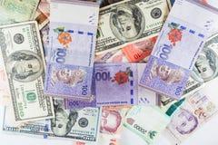 Множественные банкноты валют как красочная предпосылка Стоковая Фотография