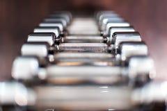Множественные гантели хрома в фитнес-центре стоковая фотография rf