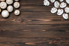 Множественные грибы на деревянном столе стоковое фото rf