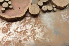Множественные куски древесины на опилк покрыли таблицу металла стоковое изображение rf