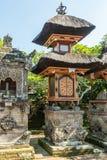 Множественные небольшие святыни на виске Batuan, Ubud, Бали Индонезии стоковая фотография