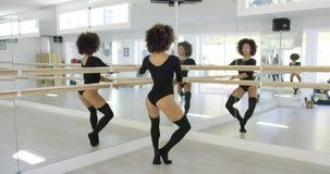Множественные отражения молодого танцора сток-видео