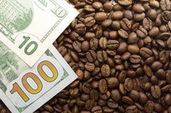 Множественные доллары США Предпосылка долларов с кофе Стоковые Фотографии RF