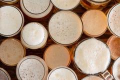Множественные полные, пенистые стекла пива и размеры Стоковые Изображения RF