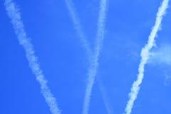Множественные реактивные струи aiplane на голубом небе Стоковое Фото