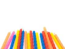 Множественные свечи дня рождения цвета на белой обнаруженной местонахождение предпосылке Стоковые Изображения RF