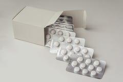 Множественные хлебцы таблеток выходя форма коробка Стоковые Фото