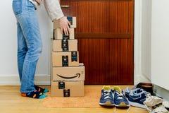 Множественный аранжировать женщины картонных коробок Amazopn стоковое фото rf