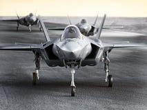 Множественный воинский ударный самолет двигателя F35 подготавливая для взлета на полете забастовки иллюстрация штока