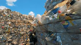 Множество используемых пластичных бутылок сложенных вверх по совместно внутри junkyard Рециркулируйте фабрику видеоматериал