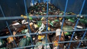 Множество используемых пластичных бутылок storaged за барами видеоматериал