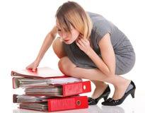 Множество коммерсантки женщины перегружанное работой документов  стоковая фотография rf