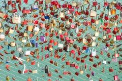 Множество красочных замков на знаке моста вечной преданности влюбленности Стоковое Фото