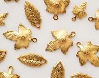 Множество листьев металла золота сияющих Заключения ювелирных изделий стоковые изображения rf