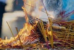 Множество ручек ладана горит во время религиозной церемонии в Хо Ши Мин, Вьетнаме Стоковое фото RF
