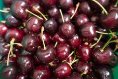 Множество свежих фиолетовых зрелых сладостных вишен Стоковое Изображение