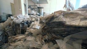 Множество упаковочного материала пластиковой упаковки сложенное вверх в рециркулируя блоке видеоматериал