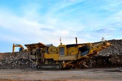 Мобильная машина каменной дробилки карьером строительной площадки или минировать для задавливать старые бетонные плиты в гравий стоковые фотографии rf