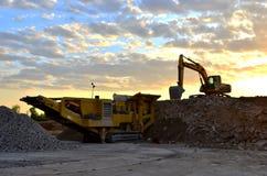 Мобильная машина каменной дробилки карьером строительной площадки или минировать для задавливать старые бетонные плиты в гравий стоковое фото rf