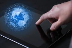Мобильная технология в концепции руки Палец пользы бизнес-леди, который нужно касаться на мобильном приборе планшета стоковое фото