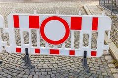 Мобильный барьер дороги на булыжнике стоковые изображения rf