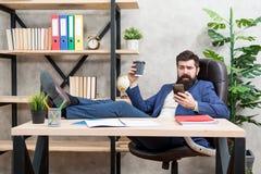 Мобильный звонок День начала с кофе Перерыв на отдых кофе Босс наслаждаясь напитком энергии Чашка владением бизнесмена человека б стоковые изображения rf