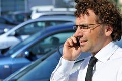 мобильный телефон бизнесмена используя Стоковое Изображение