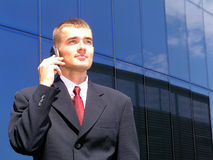 мобильный телефон бизнесмена используя Стоковая Фотография