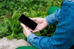 Мобильный телефон в руках молодой бизнесмен битника Стоковые Изображения