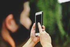 Мобильный телефон в руках той персоны стоковые фото