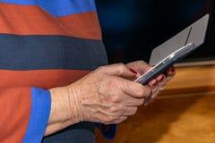 Мобильный телефон в руках стоковое изображение rf