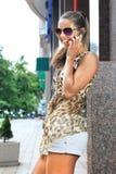 мобильный телефон девушки говорит Стоковое Изображение