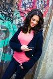 мобильный телефон девушки предназначенный для подростков Стоковая Фотография