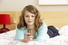 мобильный телефон девушки спальни подростковый стоковые фотографии rf