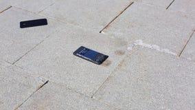 Мобильный телефон падает на том основании и разделения в части, руку человека принимая его  Сензорный телефон падает на том основ акции видеоматериалы