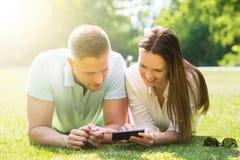 мобильный телефон пар используя Стоковые Фотографии RF