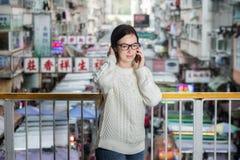 Мобильный телефон привлекательной женщины Yong говоря Стоковые Изображения