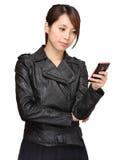 мобильный телефон сообщения используя детенышей женщины Стоковое Изображение
