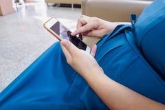 мобильный телефон супоросый используя женщину Стоковое Изображение RF