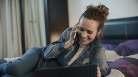 Мобильный телефон счастливой женщины говоря на выравнивать дом Усмехаясь телефон звонка женщины видеоматериал