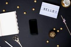 Мобильный телефон с пустым экраном на черной таблице с деталями золота стоковое изображение
