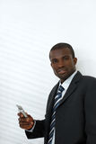 мобильный телефон удерживания бизнесмена стоковые фотографии rf
