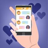 Мобильный телефон удерживания руки с болтовней любов на экране бесплатная иллюстрация