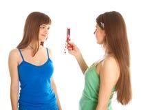 мобильный телефон фотографируя подростковые 2 девушок Стоковое фото RF