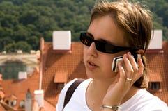 мобильный телефон девушки используя Стоковые Изображения